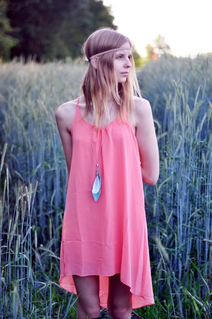 Korallfarbenes, rückenfreies Kleid