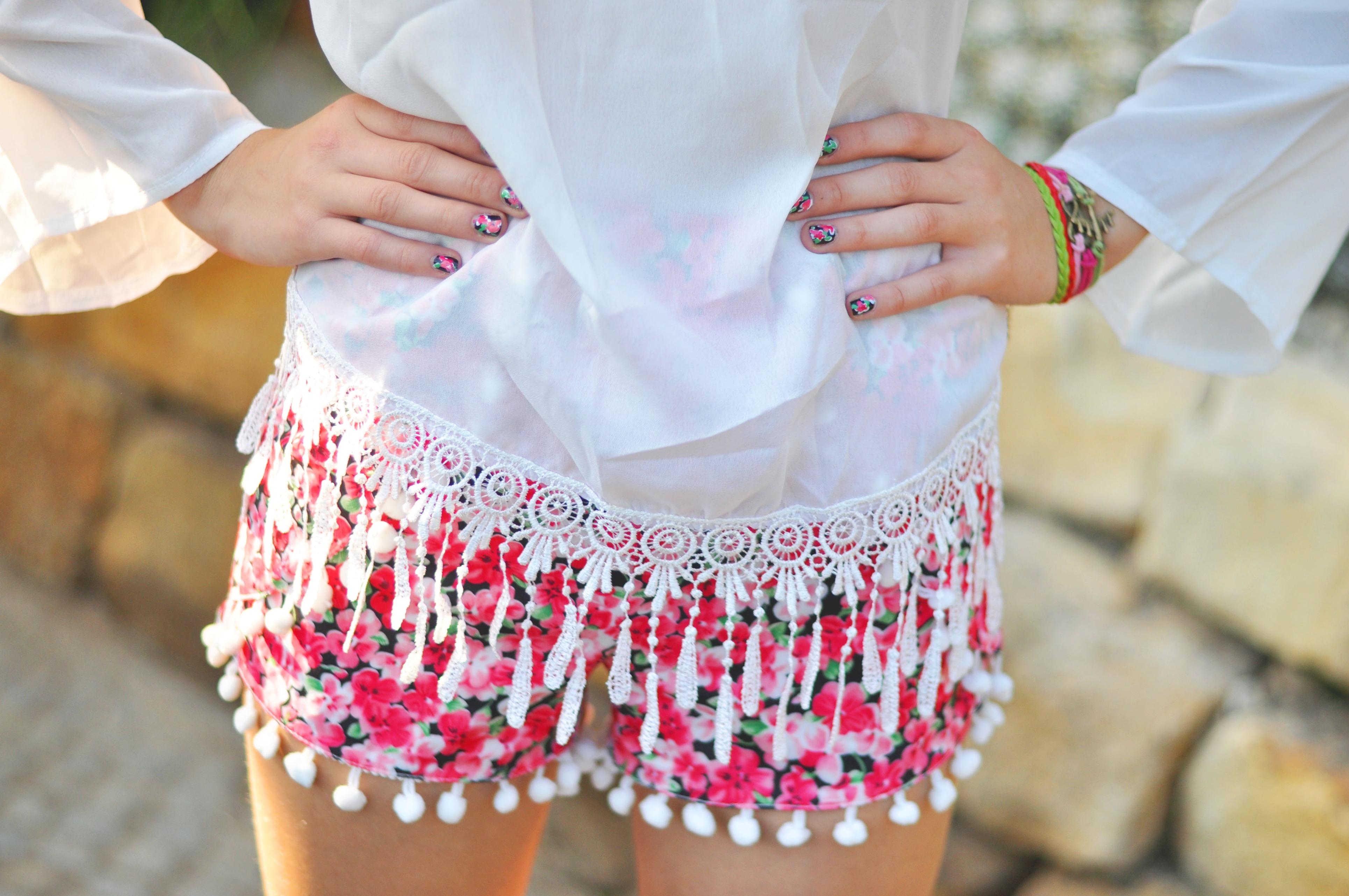 Offshoulder-Bluse & Pompom-Shorts