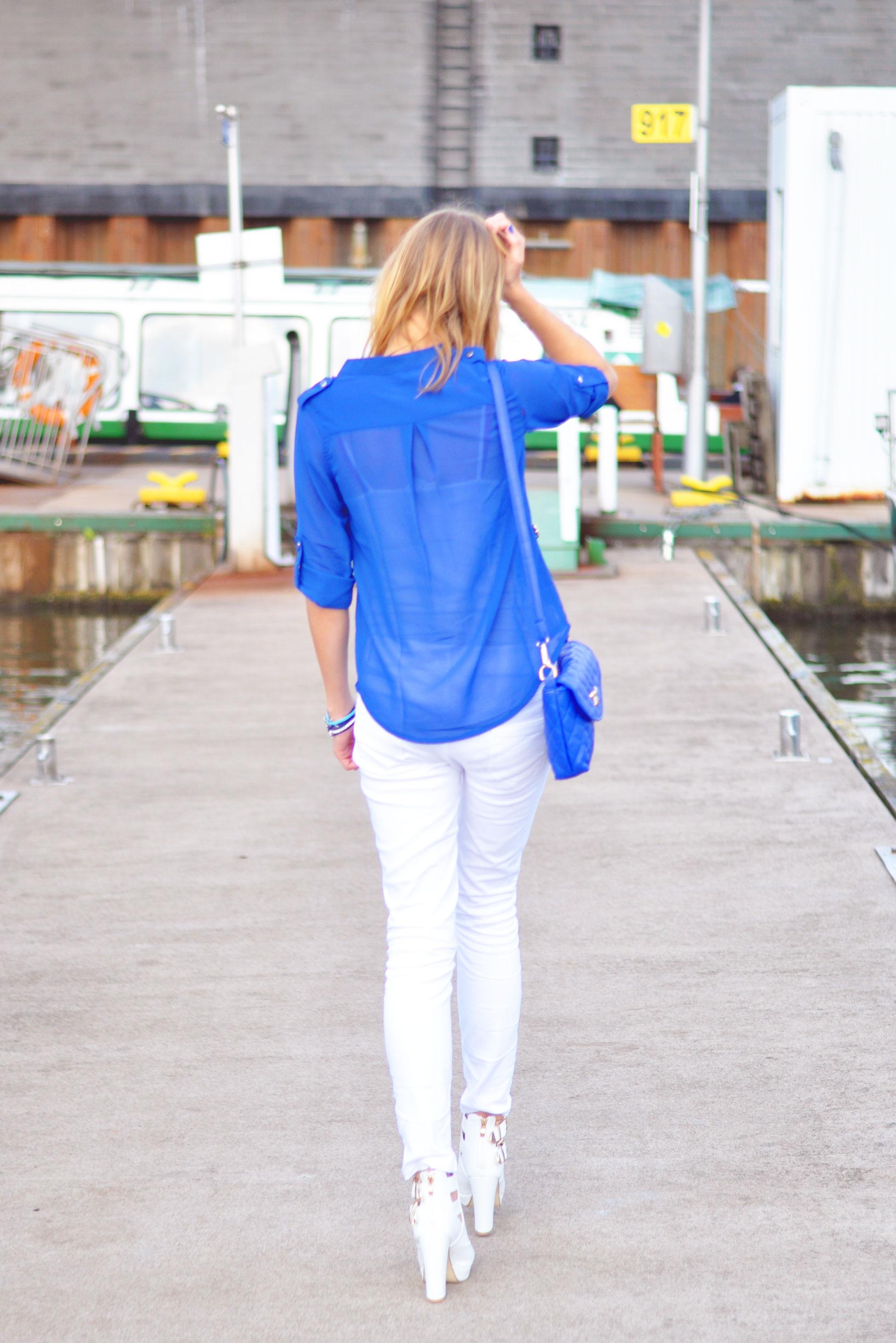 Blaue Bluse weiße Jeans