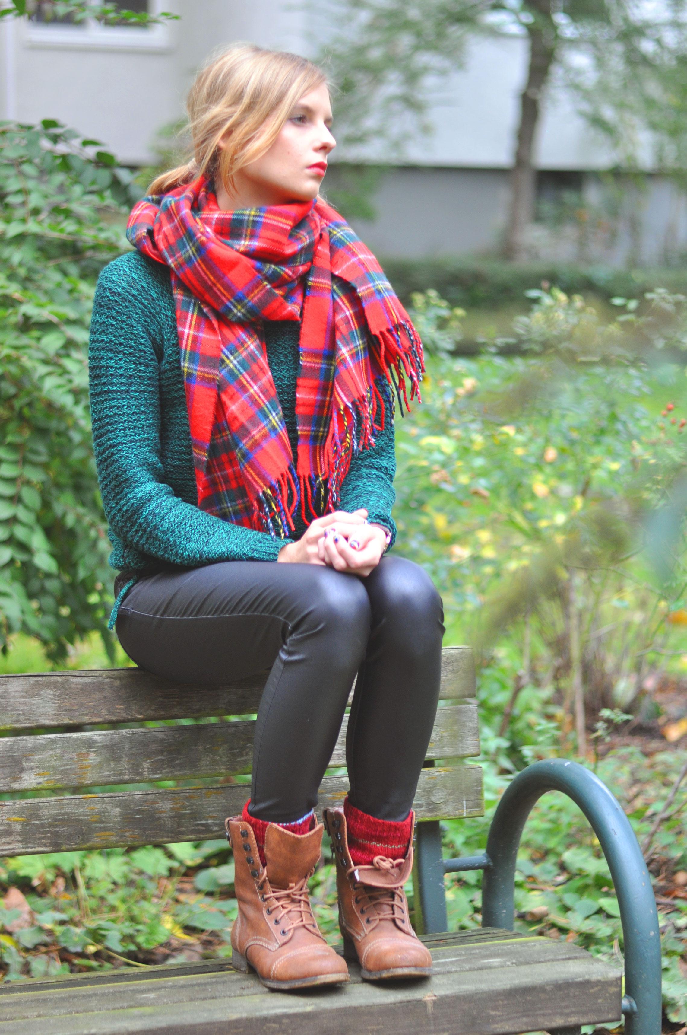 Roter Tartanschal grüner Strickpulli Lederhose