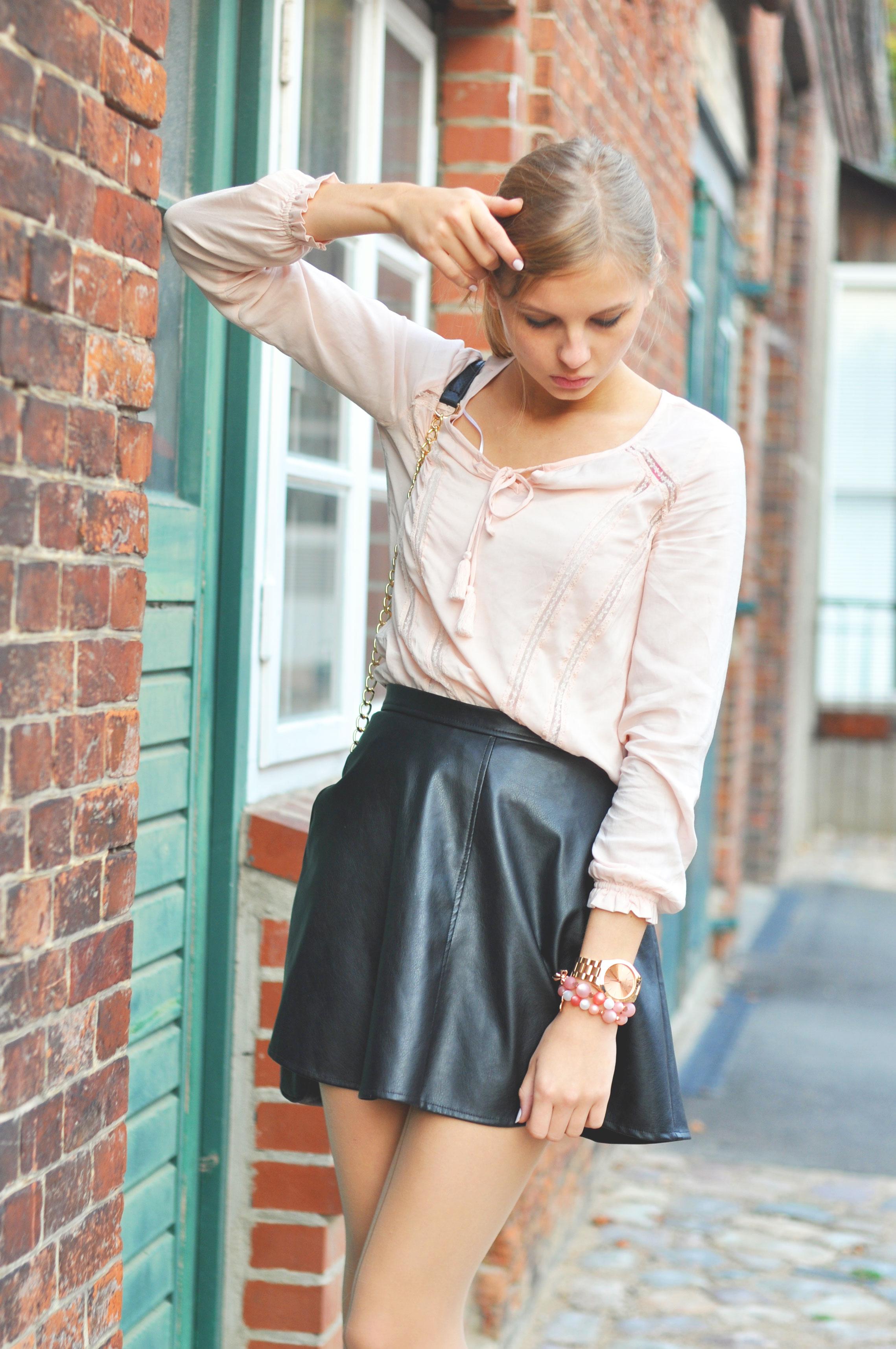 Lederrock mit rosa Bluse