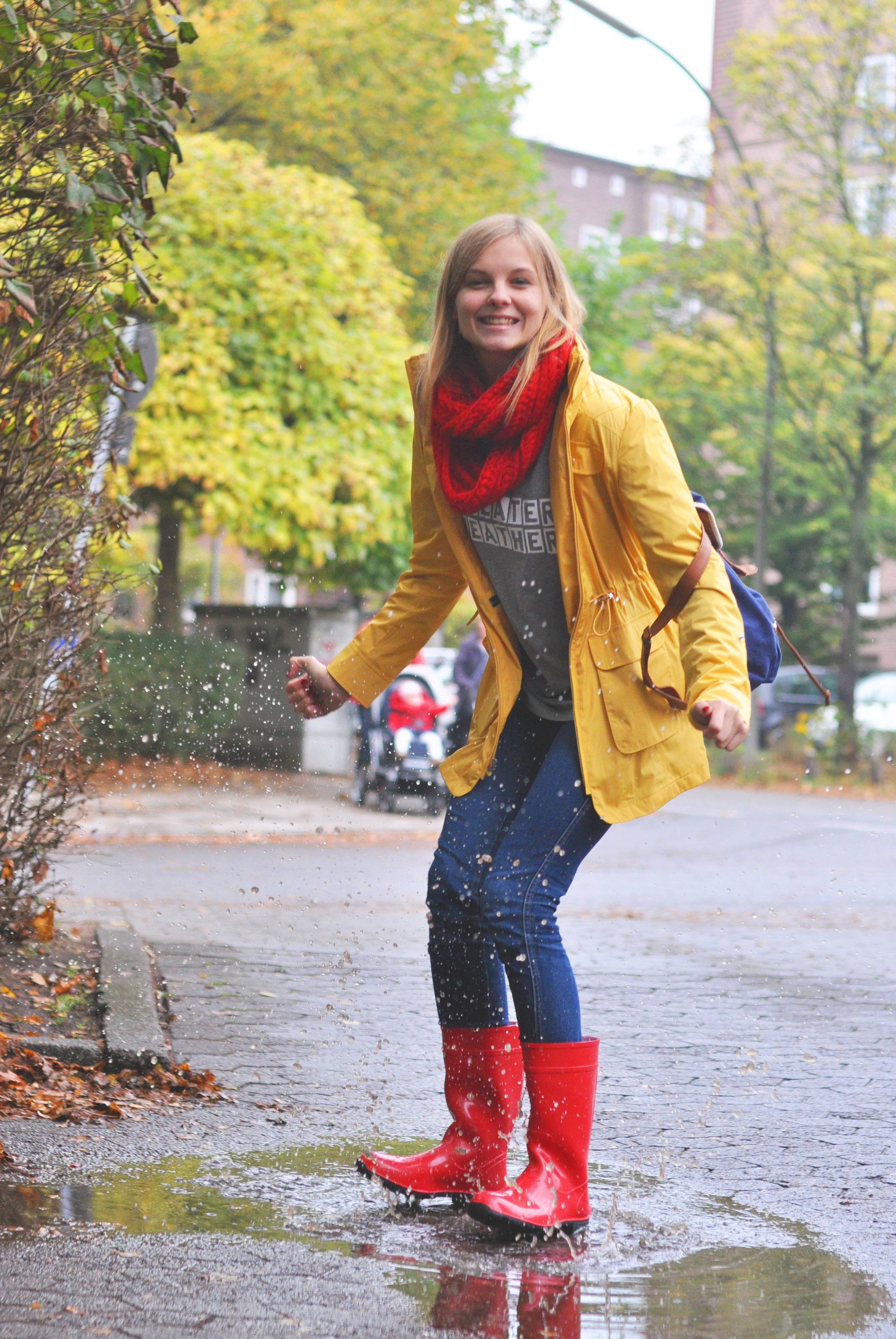 rote Gummistiefel gelbe Regenjacke