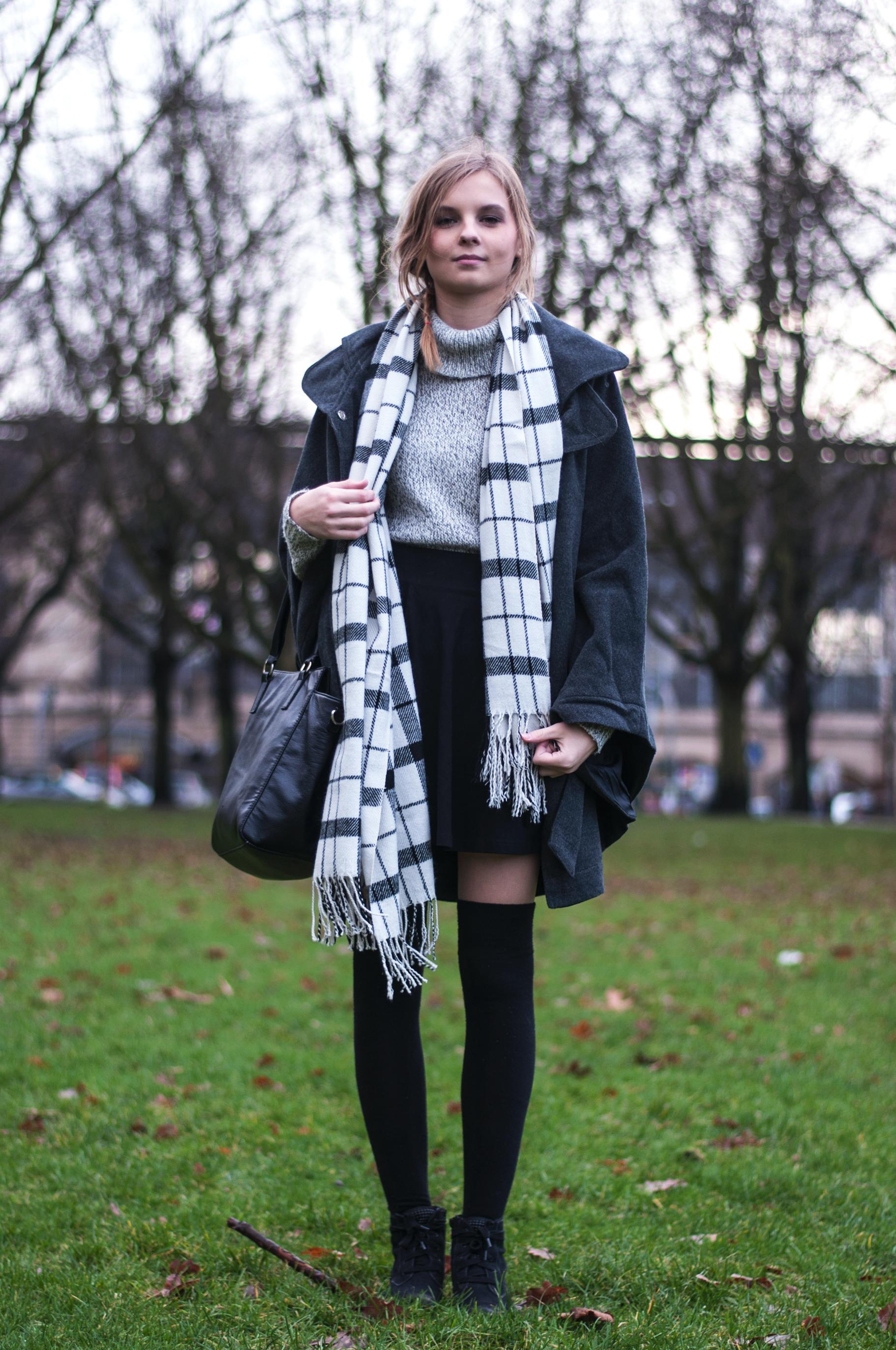 Outfit aus Lieblingsteilen Overknees karierter Schal
