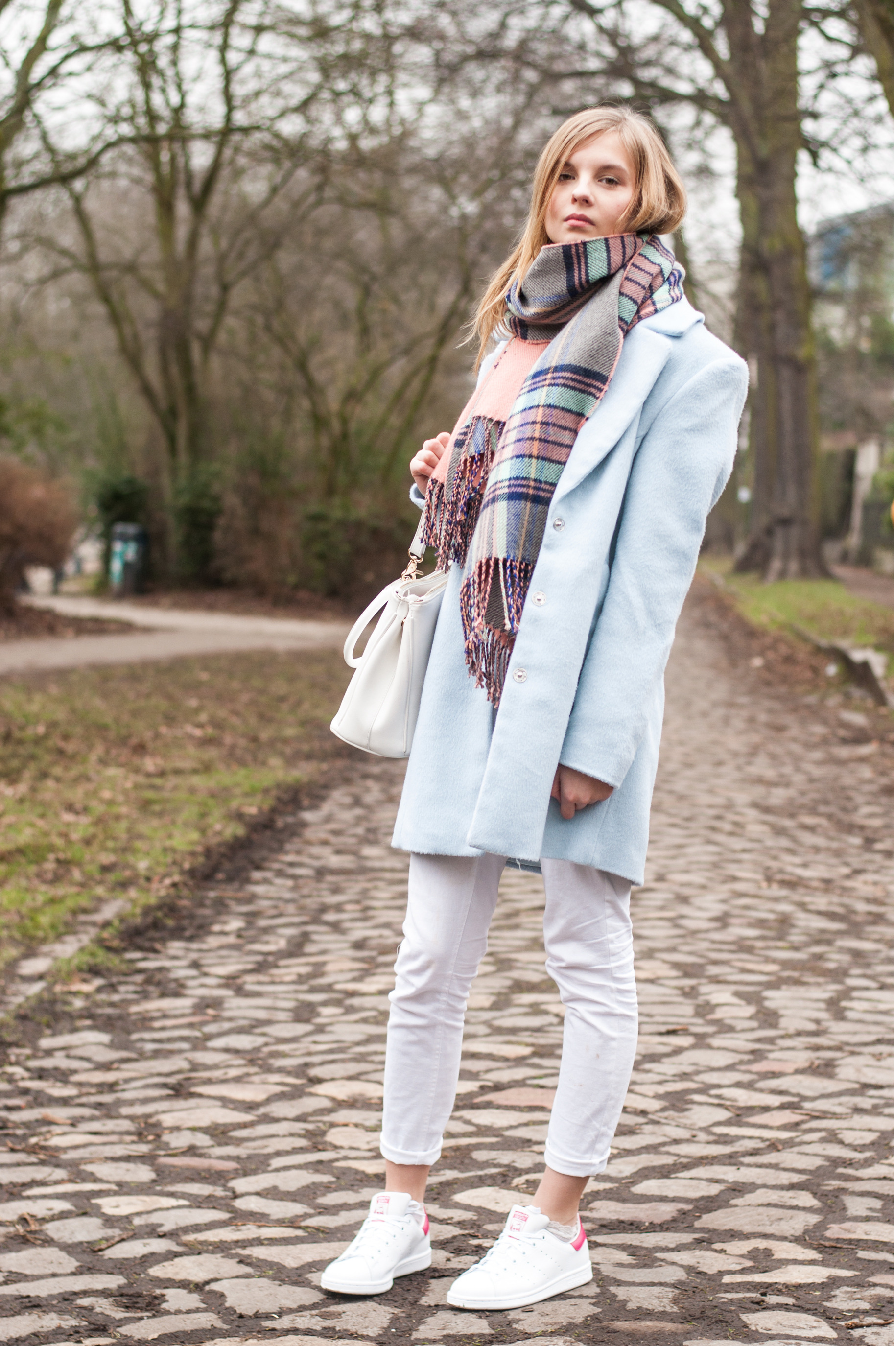 hellblauer Mantel Outfit