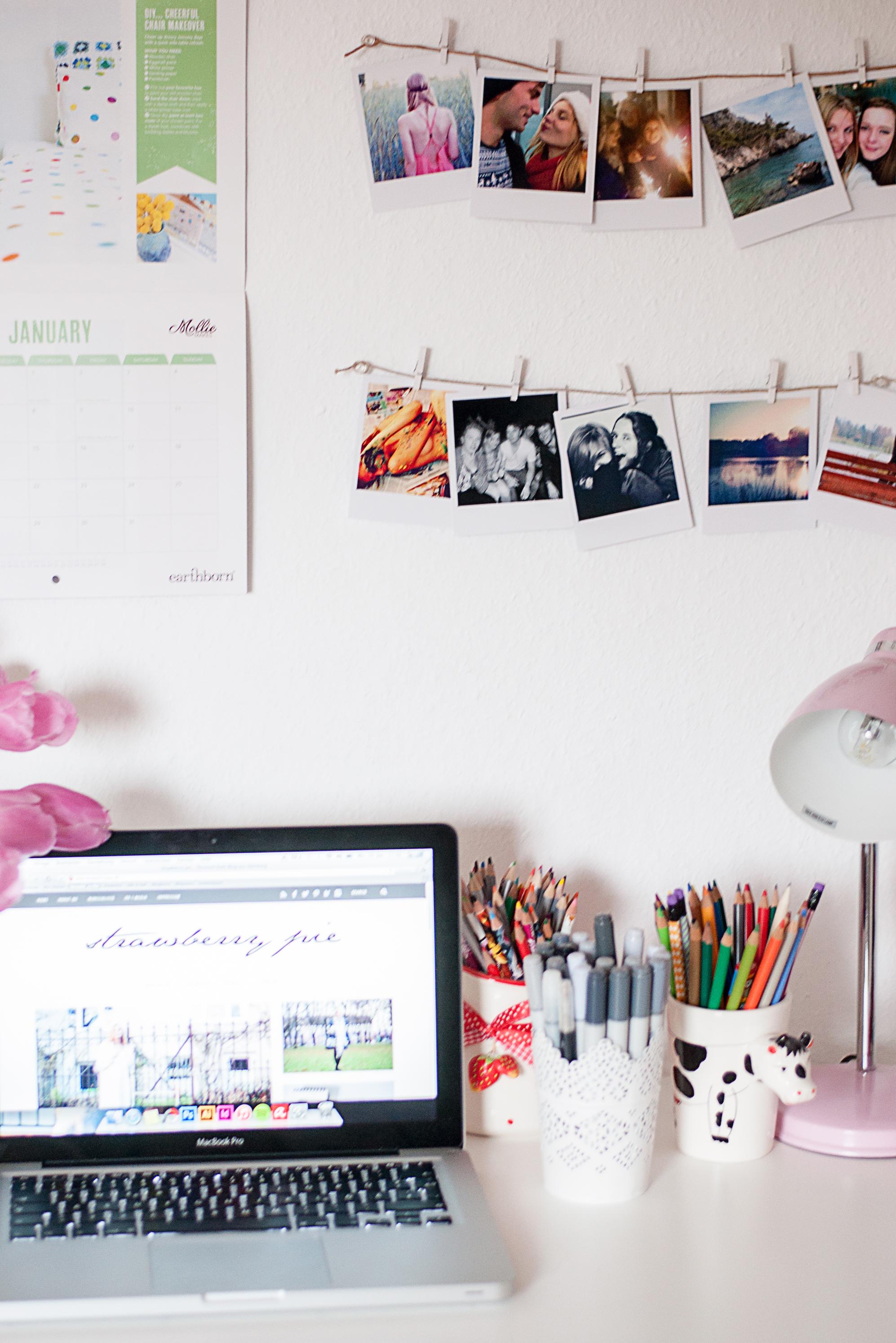 Arbeitsplatz im Wohnzimmer Polaroids
