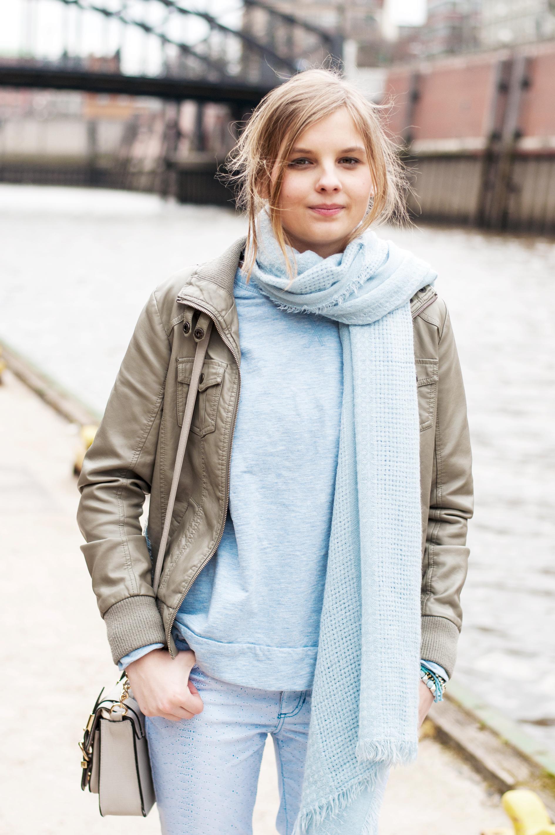OUTFIT | Blaue Hose von Versace Jeans