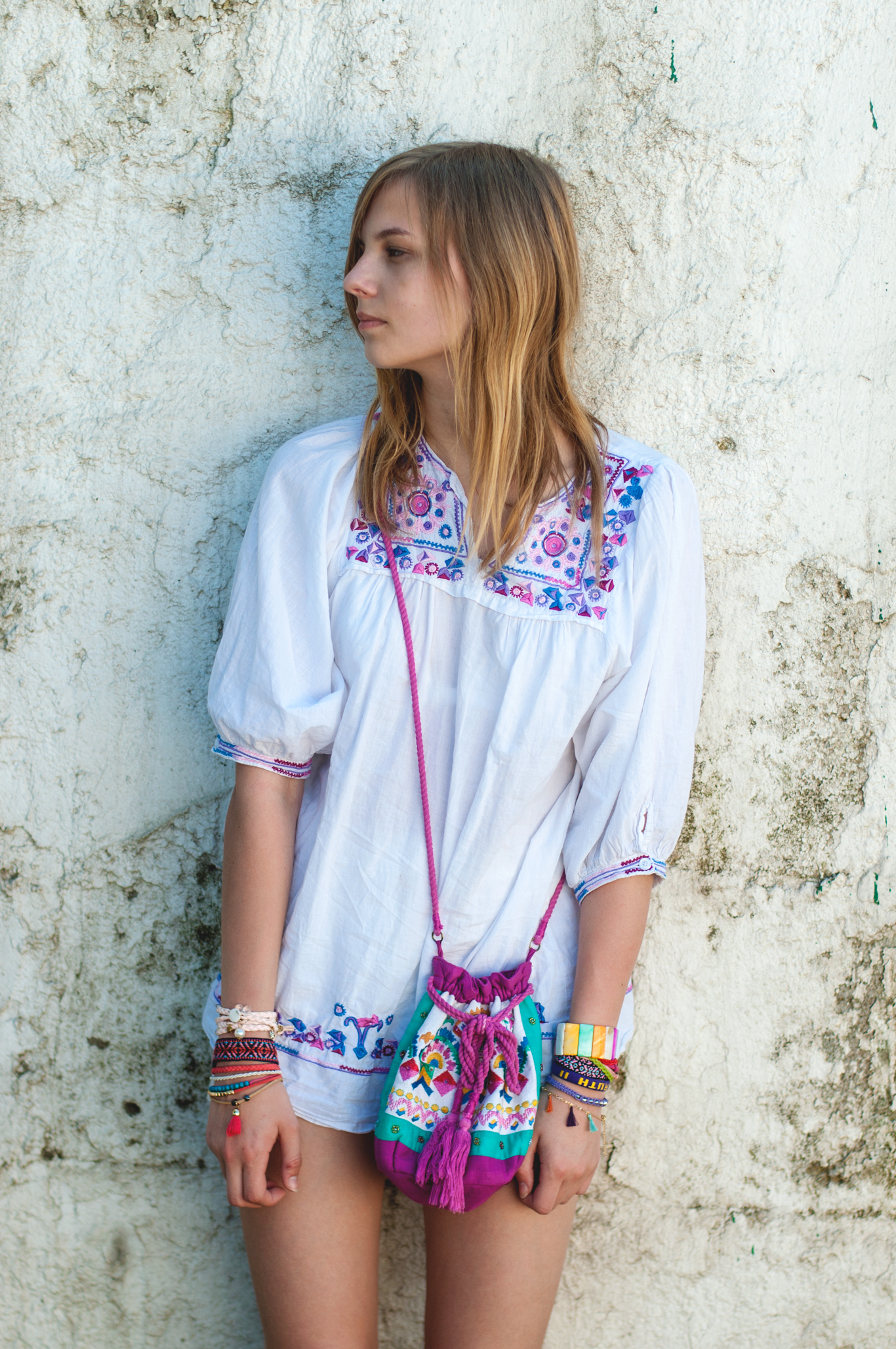lila Stickereien Kleid