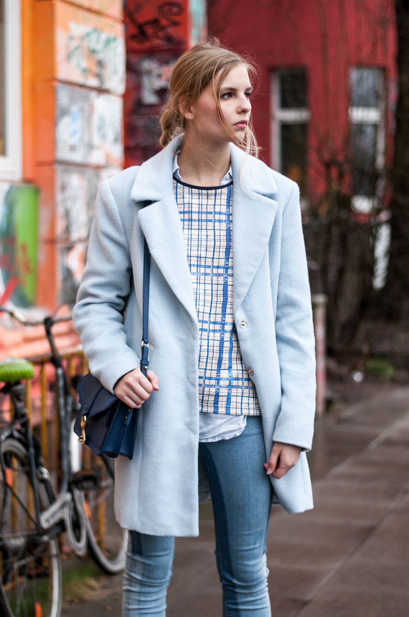 Blaues Outfit