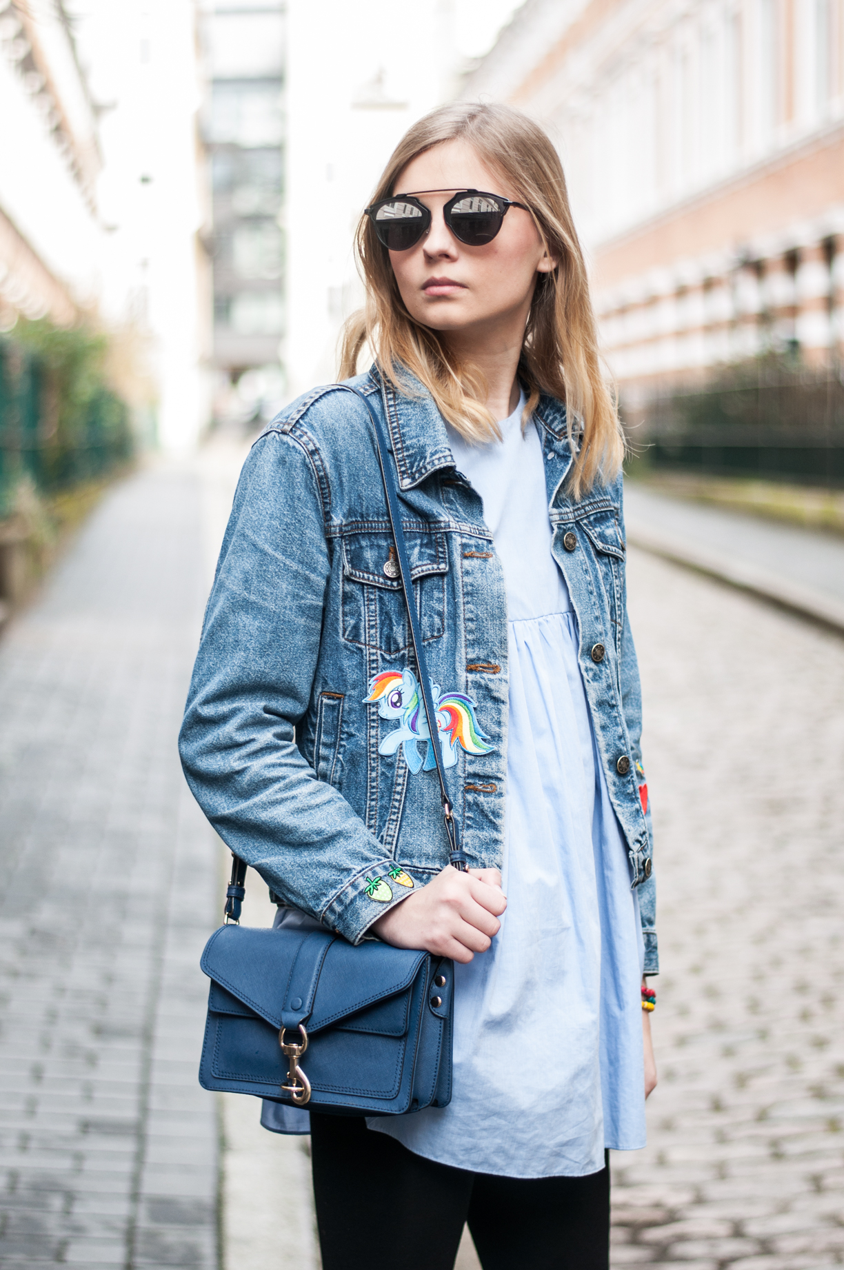 Jeansjacke mit Patches Zara Kleid