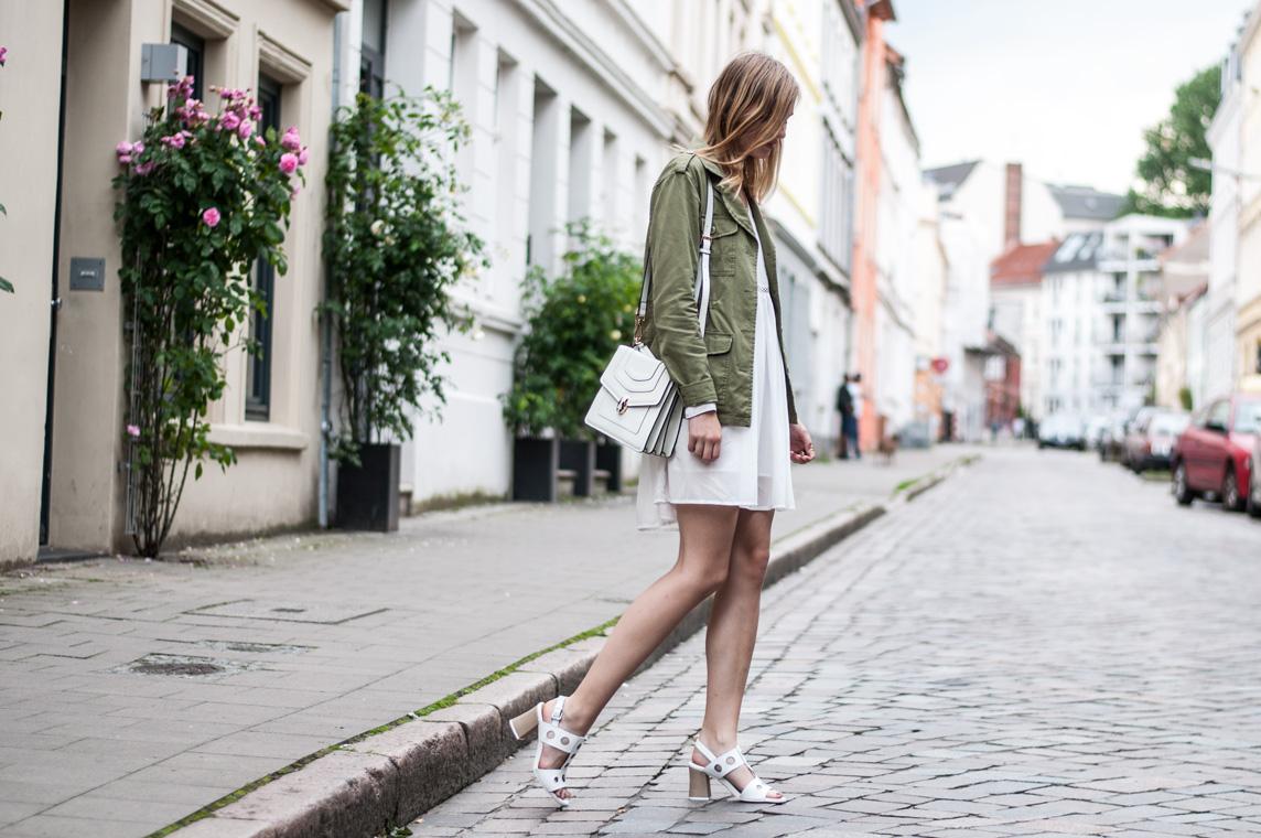 Grüne Feldjacke Weißes Kleid