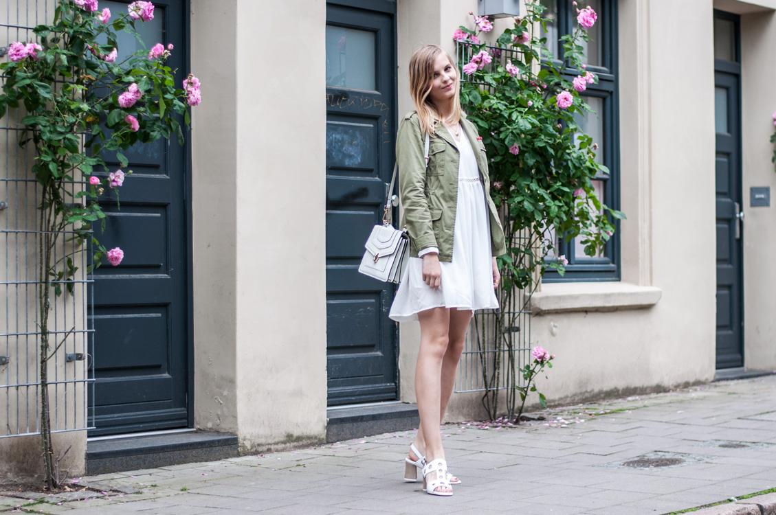 Khaki Jacke Weißes Kleid