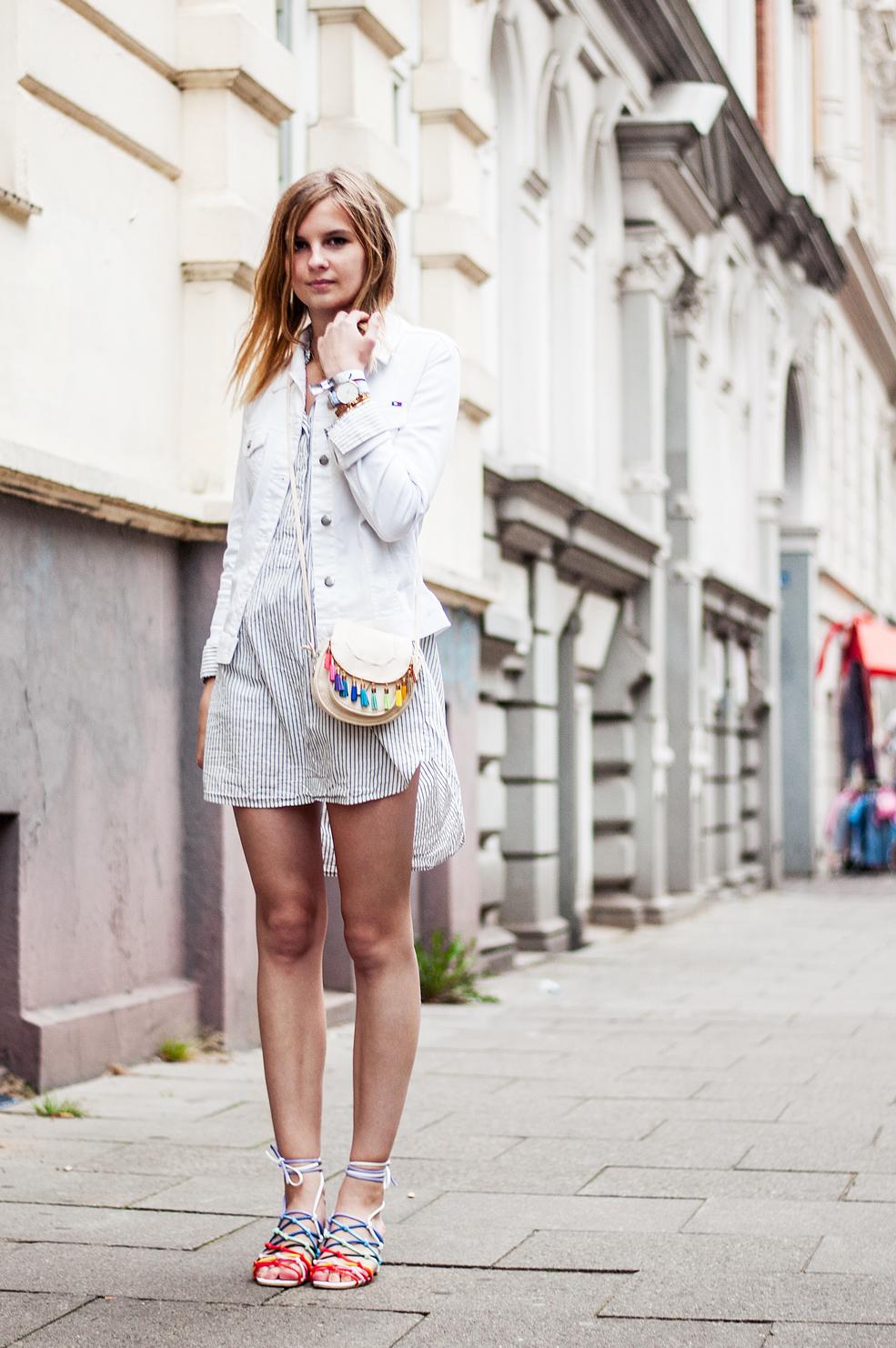 Outfit Streifenbluse Regenbogen-Sandalen