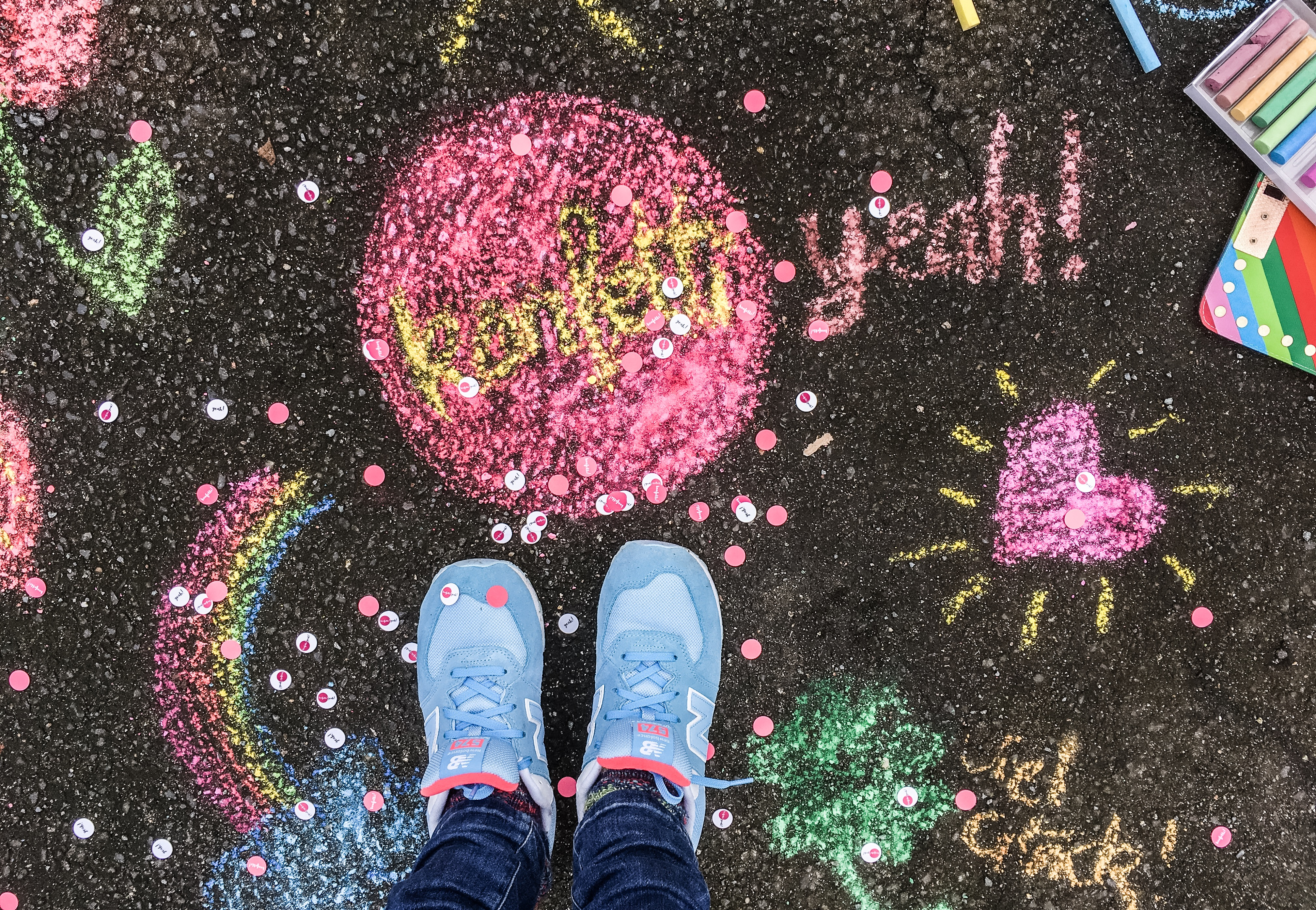 Konfetti und Straßenkreide positiv denken