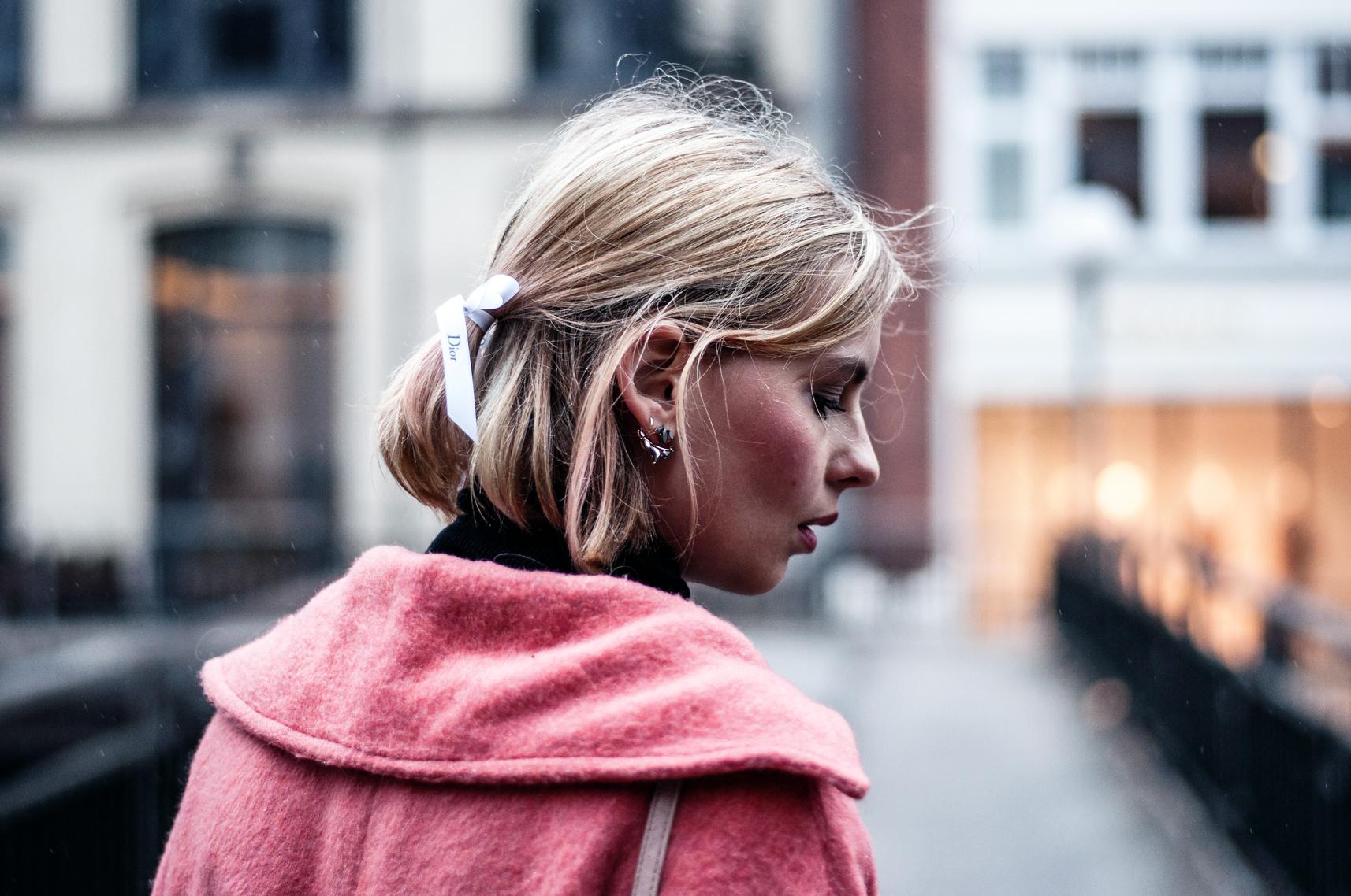 Frisur mit Dior-Band Schleife
